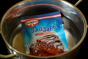 Кладём пакетик с глазурью в горячую воду (не кипящую!), держим несколько минут, пока глазурь не размягчится.