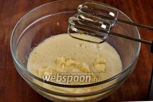 Вливаем молоко и ванильный экстракт, добавляем кусочки размягчённого масла, взбиваем до состояния мелкозернистой взвеси.