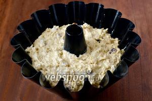 Смазываем маслом форму и выкладываем тесто. Выпекаем при температуре 180°С 45-50 минут. Если верхушка начнёт быстро зарумяниваться, а кекс ещё не пропёкся, закрываем фольгой и допекаем.