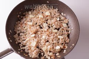 В оставшихся двух ложках оливкового масла обжариваем до золотистости или коричневатости лук, добавляем чеснок и пару минут жарим всё вместе.
