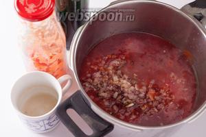 Соединяем томатный сок, вино, луко-чеснок и мидиевый соус. Последний опять медленно наливать через край, на дне тары наверняка останется ещё капелька песчаного осадка. Варим суп минимум 30 минут (можно хоть час) под крышкой на слабом огне. Если кому-то густовато, можно разбавить дополнительной порцией вина или бульоном.