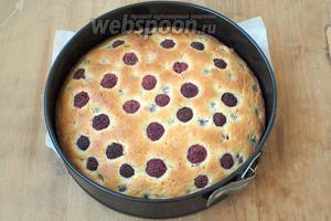 Духовку разогреть до 180°С и выпекать пирог 35-40 минут до сухой спички. Готовый пирог посыпать сахарной пудрой. Приятного аппетита!