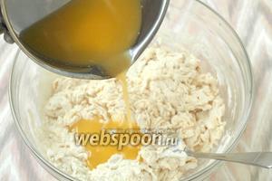 Растопить в ковшике маргарин и горячим влить в тесто.