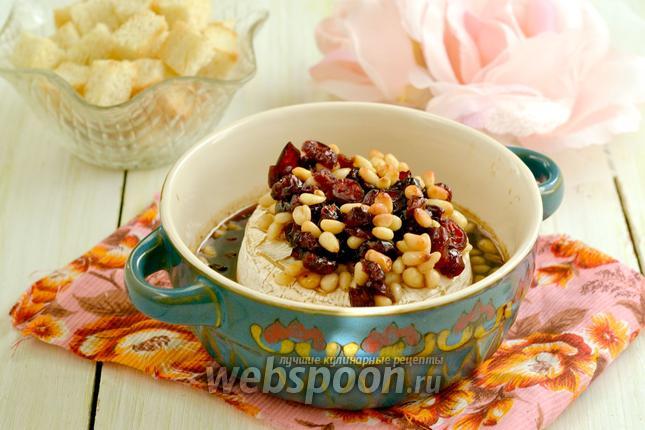 Фото Сыр Бри, запечённый с клюквой и кедровыми орешками