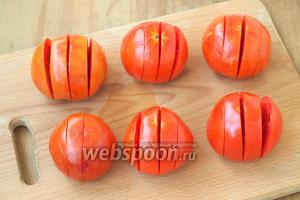 Каждый помидор надрезать на 4 части не до конца, как книжку.