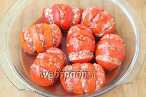 Томатную пасту смешать с водой и полить помидоры сверху.