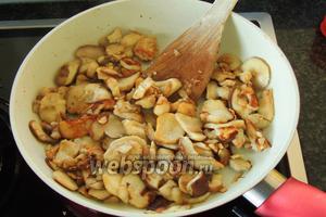Поджарим на большом огне несколько минут. Грибы пустят сок и мы выпарим его, тогда грибы уменьшатся и немного поджарятся.