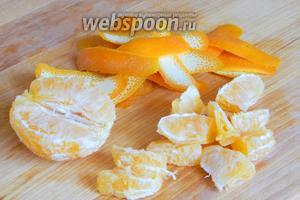 Апельсины ошпарим, тщательно промоем. Снимаем цедру, а сам фрукт разделяем на дольки. С каждой дольки удаляем семечки, если есть, и нарезаем пополам. С лимона также снимаем цедру (она придаст дополнительные цитрусовые нотки компоту) и выжимаем сок в отдельную ёмкость.
