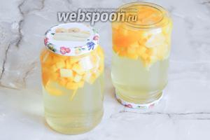 В банки добавляем сок лимона (примерно по 2 чайные ложки) и заливаем всё кипящим сиропом. Сразу же закрываем крышками. Переворачиваем банки, укутываем их чем-нибудь тёплым и даём в таком положении полностью остыть. Затем храним банки в погребе или подвале.