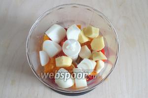 Добавьте к перчикам кусочки лука, чеснок, очищенный и нарезанный имбирь, вырезанные сегменты мандарина. Из остатков мандаринов выжмите туда же весь сок.