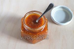 Готовый соус разлейте по баночкам или бутылочкам, которые можно даже не стерилизовать, а просто вымыть. Соус спокойно хранится в таком виде не менее года, при любой температуре. Используйте такой соус для приготовления кимчи, острых супов, типа Том Ям, в качестве соуса к азиатским блюдам, с лапшой или салатам. Из данного количества ингредиентов получается примерно 1,5 стакана соуса.