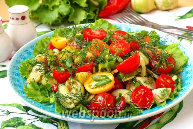 Фото Летний овощной салат с физалисом