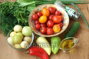 Для своего салата я взяла мелкие помидоры: жёлтые и красные, овощной физалис, болгарский перец разных цветов, свежий огурец, зелёный лук, зелёный салат, петрушку, укроп, соль с травами, перечную смесь и оливковое масло.