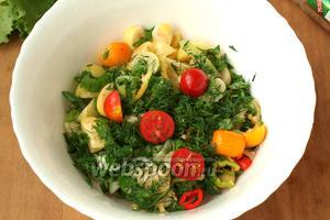 В глубокой миске соединить нарезанные овощи, часть помидоров оставить. Мелко нарезать лук, укроп и петрушку. Салат поперчить и посолить. Заправить оливковым масло. Можно к оливковому маслу добавить лимонный сок или 1 ч. л. бальзамика, вместе взбить и затем заправить салат.