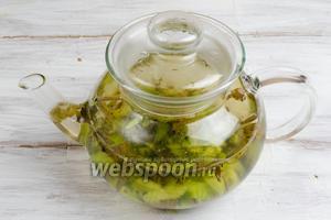 В горячий чай добавить подготовленные киви. Дать настояться напитку ещё 2 минуты.