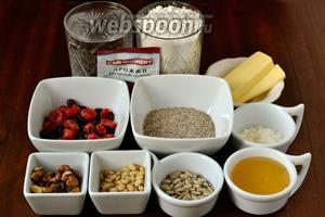 Для приготовления хлеба нам понадобится пшеничная мука, овсяные отруби, вода, мёд, сухое молоко, сливочное масло, соль, дрожжи, вяленая вишня и клюква, грецкие и кедровые орехи, семечки подсолнечника.
