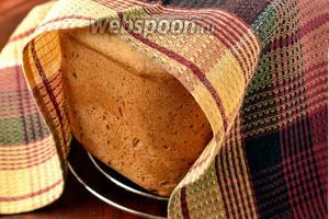 Даём остыть на решётке, накрыв полотенцем, после чего хлебушек можно подавать к столу.