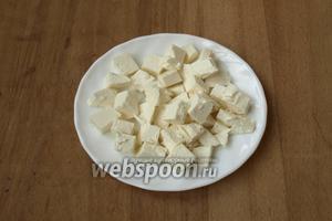 Кубиками нарезать сыр фету.