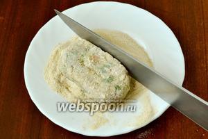Из полученной массы формируем «колбаски» длиной около 10 сантиметров, обваливаем в панировочных сухарях и ножом придаём форму брусочка. В такой форме удобнее жарить крокеты, не погружая во фритюр, а просто на масле.