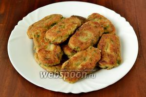 Выкладываем крокеты на блюдо. Подаем горячими на листе салата, дополнив соусом бешамель.