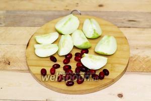 Яблоки и кизил помещаем в дуршлаг. Промоем в холодной воде. Яблоки используем кислые сорта, плотные на ощупь. Разрезаем на 4 части, удаляем семенную часть. Кизил используем с плотной мякотью, удаляем плодоножки, веточки, листочки, повреждённые ягоды.