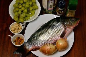 Для приготовления нам понадобятся следующие ингредиенты: речная рыба, виноград, белое сухое вино, лук, очищенный миндаль, изюм, лимонный сок, соль, перец, специи для рыбы.