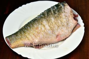 Рыбу очищаем от чешуи и внутренностей, удаляем плавники, голову и хвост. Сбрызгиваем тушку лимонным соком, натираем солью с перцем и посыпаем приправой для рыбы. Оставляем на столе, пока будут готовиться другие ингредиенты.