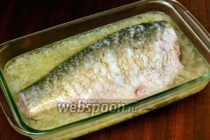 Переливаем вино с луком в лоток для запекания или другую подходящую посуду, сверху кладём рыбу.