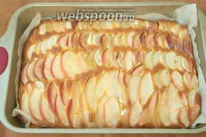 Духовку разогреть до 180°C и поставить пирог выпекаться на 30 минут. За это время тесто поднимется и яблоки будут запечатаны в пироге.На последних 10 минутах выпекания достать из холодильника белки.
