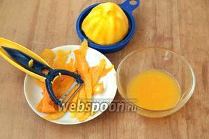 С апельсина снять цедру (она пригодится нам для выпечки). Апельсин разрезать пополам и выдать весь сок.