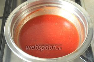 Поставить посуду с соусом на огонь, довести до кипения и помешивая варить до загустения около 5 минут. По желанию в соус можно добавить чеснок.