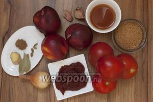 Подготовьте помидоры, нектарины, яблочный уксус, коричневый сахар, лук, чеснок, кориандр, кардамон, лавровый лист, имбирь, томатную пасту. Также понадобится щепотка соли.