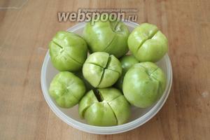Удалить у помидоров плодоножку и сделать надрезы крест накрест не до конца.