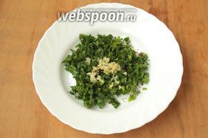 Мелко нарезать укроп и петрушку, добавить измельчённый чеснок и острый перец. Хорошо перемешать.