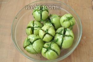 Начинить полученной смесью помидоры и сложить их в банку или подходящую посуду.