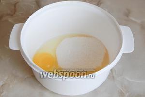 Для теста вначале соединяем куриные яйца с сахаром.