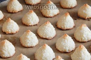 Выпекаем печенье в духовке при температуре 190-200ºC около 20 минут. Смотрите по цвету печенек — как только верхушки зарумянятся — готово!