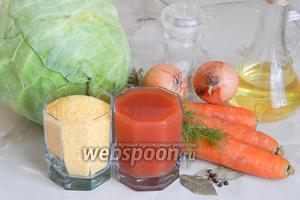 Для приготовления вегетарианских голубцов будем использовать капусту белокочанную (у меня небольшой кочанчик молодой), морковь, лук репчатый, укроп свежий, кукурузную крупу, томатный сок (у меня без соли), соль, перец чёрный горошком, масло растительное.