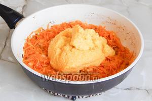 Морковь и лук стали мягкими и зарумянились. Добавляем кукурузную крупу, готовим около минуты.