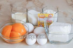 Для приготовления быстрого и вкусного бисквитного рулета нам понадобятся такие продукты, как: мука пшеничная, яйца куриные, сахар, персики консервированные (можно взять замороженные), творог и сладкий ванильный йогурт.