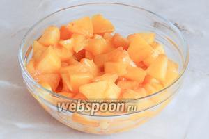 Персики нарезаем некрупными кусочками.