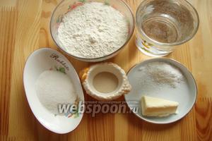 Для приготовления хлеба нам понадобятся: мука, тёплая вода, соль, сахар, растопленное сливочное масло и сухие дрожжи.