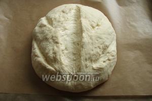 Хлеб переносим на пекарскую бумагу и накрываем полотенцем. Ждём 45 минут для окончательной расстройки. По истечении времени, делаем надрезы и отправляем в разогретую до 230-250°С духовку, на 30 минут. В духовой шкаф ещё необходимо поставить миску с водой, в процессе выпечки нужен обязательно пар.