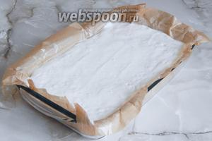 Форму выстилаем пергаментом, который смазываем маслом. Выкладываем тесто и развравниваем его. Готовим запеканку в духовке, которую предварительно разогреваем до 180-185 °С. Время — 40 минут.
