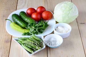 Для приготовления салата из молодой капусты с молодым горошком нам понадобится: капуста, огурцы, помидоры, горошек свежий, острый перец, петрушка, майонез,соль.