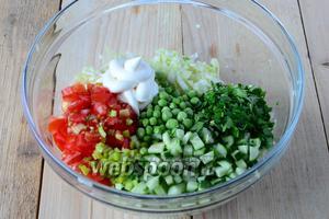 В глубокий салатник выложить порезанные овощи, заправить салат майонезом и добавить соль.