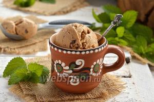 Мороженое с варёной сгущёнкой и кусочками шоколада