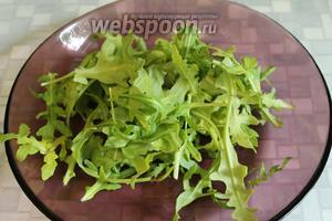 Рукколу промыть, высушить и выложить в салатник.