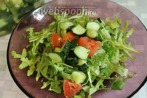 Из банки достать дольки малосольных огурчиков (4-5) и помидора (1-2, количество на ваш вкус).