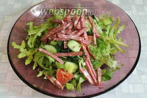 Тонкой соломкой нарезать колбасу (или копчёную грудинку, отварную курицу, говядину...).